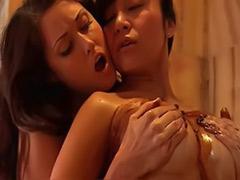 Meme büyük banyo, Büyük memeli öpüşen lezbiyenler, Buyuk memeli öpüsen lezbiyenler, Banyo lezbiyen