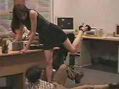 في مكتب سمراء, ركل, في المكتب, في مكتب ضابط