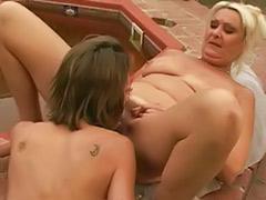 Служанка секс вдвоем, Лижет двоим, Лесбиянка лижет зрелой
